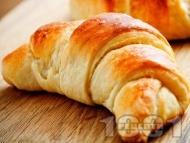 Рецепта Бързи и лесни великденски козуначени кифлички от готово тесто с локум и орехи